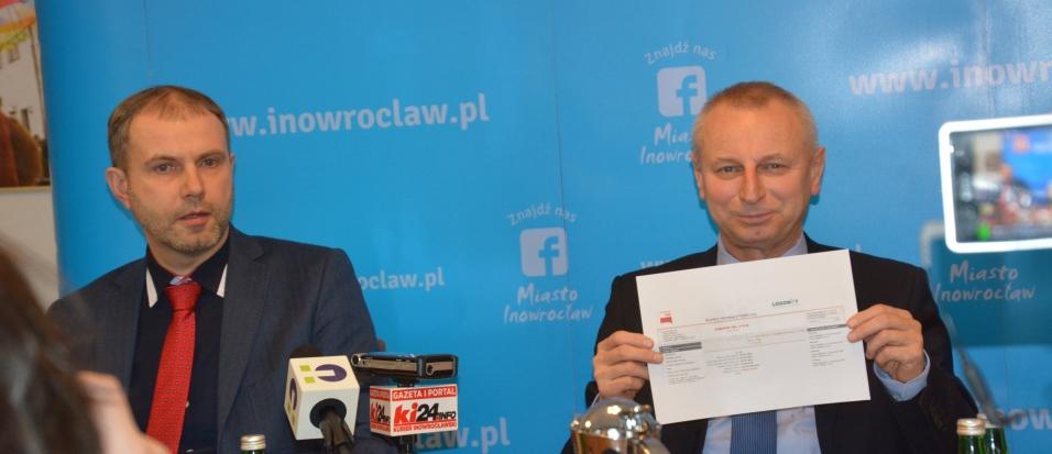 Prezydent Inowrocławia Ryszard Brejza oraz dyrektor firmy Logonet Rafał Kula